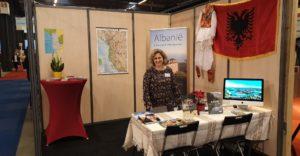Alketa bij de stand van Liria Travel in hal 4. Vragen over reizen naar Albanië? Eén adres!